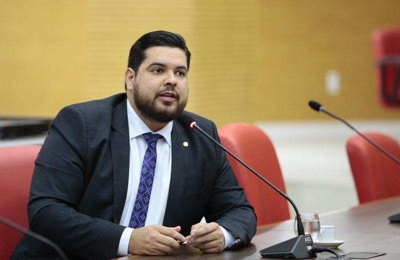 Jean Oliveira é atendido pela Energisa com postes e rede de energia nas áreas do Cristal da Calama e Setor Chacareiro