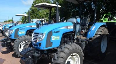 Prefeitura de Rolim de Moura entrega implementos e equipamentos agrícolas para associações rurais
