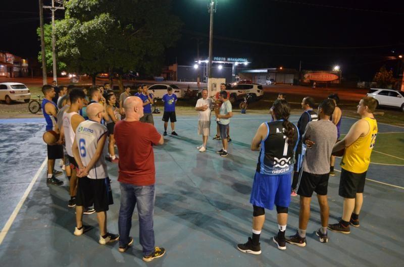 Prefeitura de Rolim de Moura substitui tabelas de basquete da quadra de esportes da Av. 25 de Agosto
