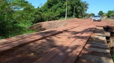 Prefeitura reconstrói ponte que foi queimada por vândalos na Avenida Rolim de Moura