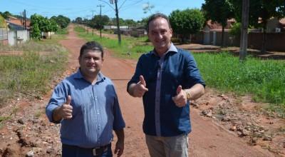 Rolim de Moura - Asfalto das duas pistas da Rua Corumbiara no Bairro Olímpico será concluído este ano