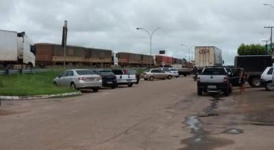 TRÂNSITO LIBERADO – BR-364 é liberado nos dois sentidos no alagamento no km 301, em Presidente Médici-RO