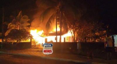 Residência é destruída por incêndio em Pimenteiras