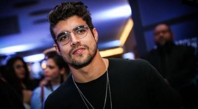 Caio Castro diz que já enfrentou mau hálito de atriz em cena de beijo
