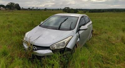 VÍDEO: Mulher perde controle da direção e carro para dentro do mato na RO 479 em Rolim de Moura