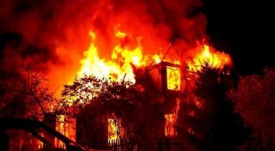 CRUEL: Homem incendeia casa com os quatro filhos dentro após briga com ex-mulher