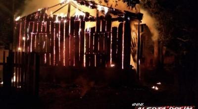 Rolim de Moura – Casa abandonada é destruída por incêndio durante a madrugada no Bairro Beira Rio, assista ao vídeo