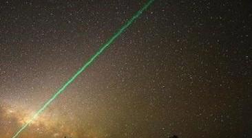 Pontos luminosos no céu causam pânico e internautas apontam OVNIs