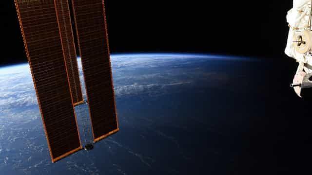 Astronauta tira fotografia e mostra divisa entre dia e noite