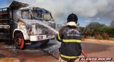 Rolim de Moura - Incêndio destrói caminhão carregado com sucata próximo a AABB