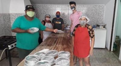 Vendendo marmitas a 2 reais, grupo de voluntários ajuda a alimentar famílias carentes