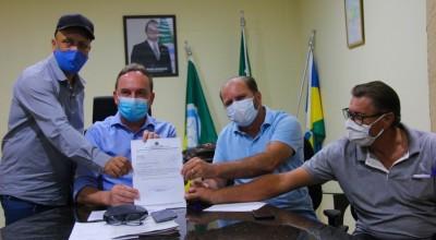Deputado Cirone Deiró assume compromisso com suinocultores de Rolim de Moura