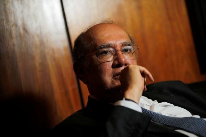 Mendes derruba veto de Bolsonaro a uso de máscara em cadeias