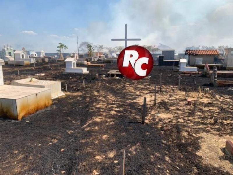 São Francisco do Guaporé - Fogo de grande proporção destrói vegetação no cemitério municipal