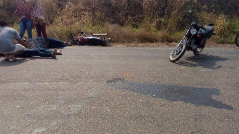Colisão entre motos deixa duas pessoas feridas na RO-383
