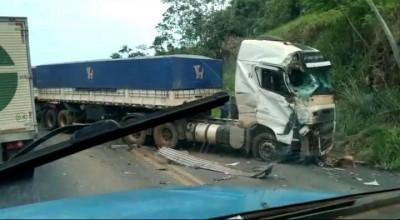 Caminhões se envolvem em acidente na BR-364