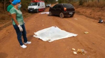 Casal morre ao ter moto atingida por carro de motorista sem CNH