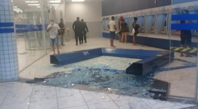 Chuva deste sábado, 17, derruba porta de entrada da Caixa Econômica de Rolim de Moura