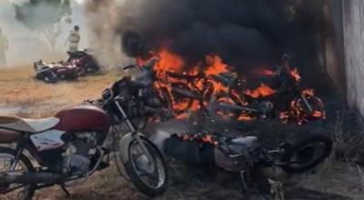 Bomba é jogada em pátio de Detran e incendeiam 10 motos