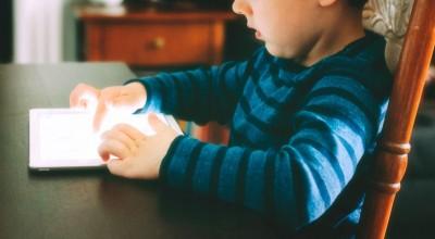 Criança de 2 anos desenvolve caso de miopia severa após pais permitirem o uso de celular