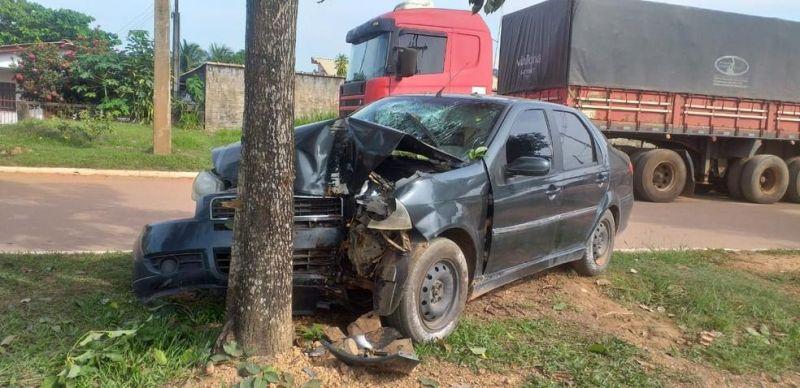 Jovem de 24 anos morre após carro colidir com árvore