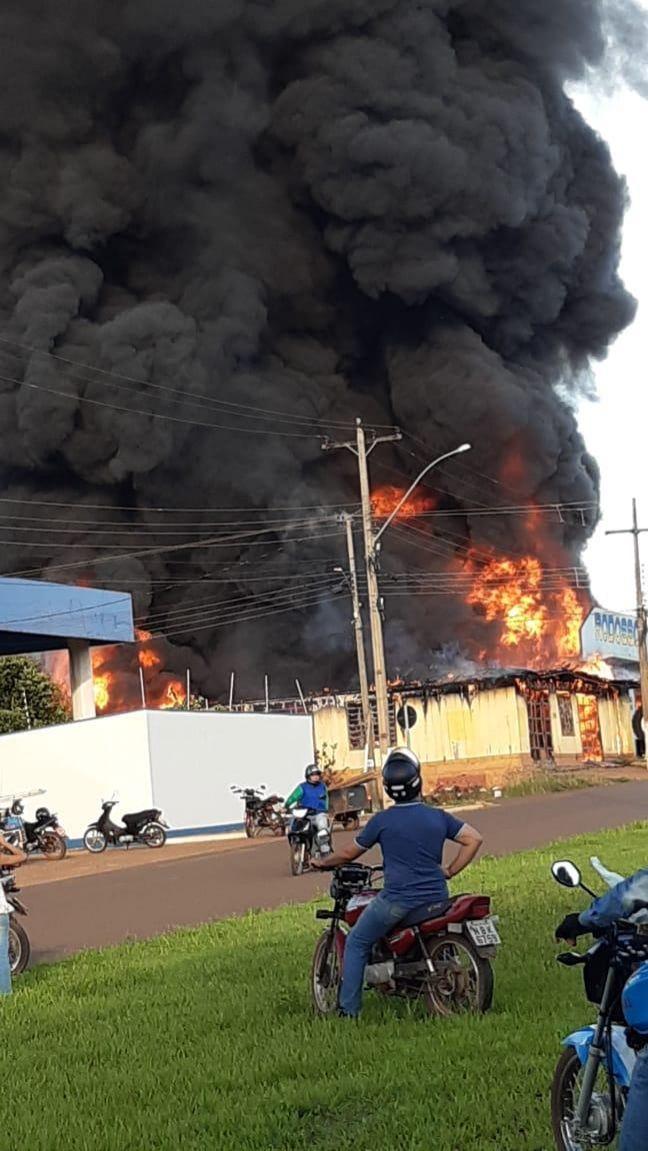 Urgente: Incêndio de grandes proporções atinge três empresas e uma casa em Rolim de Moura