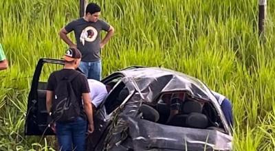 Carro fura pneu, capota e deixa seis pessoas feridas