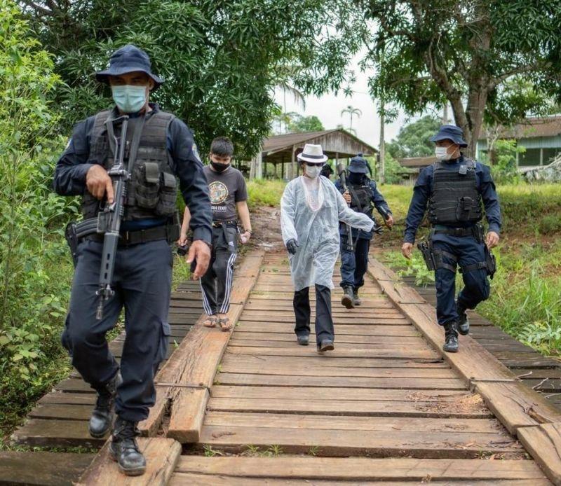 Servidores da saúde são escoltados pela polícia para levar vacinas da Covid-19 em aldeia