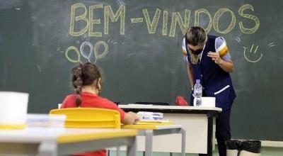 COVID: Governo inclui profissionais da Educação em grupo para vacina