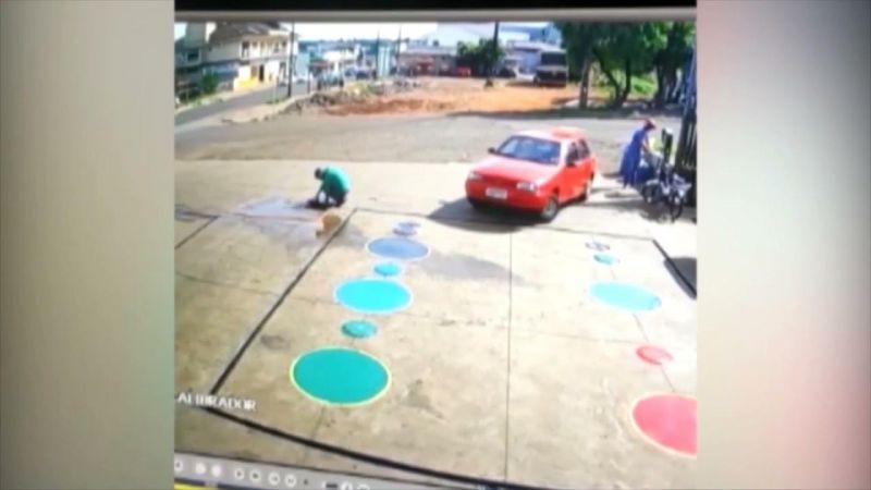 Carro passa por cima de frentista que estava agachado em posto de combustíveis