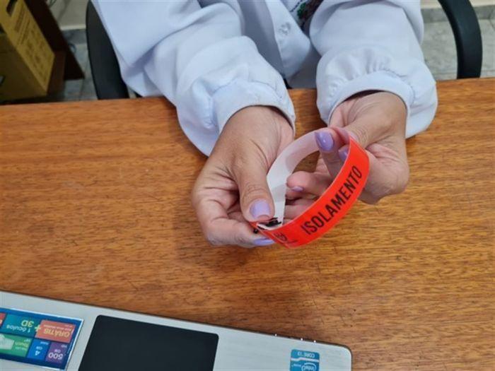 Cidades obrigam infectados por Covid-19 a usar pulseiras