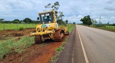 DER realiza limpeza na margem da RO-479 para iniciar construção da ciclovia em Rolim de Moura