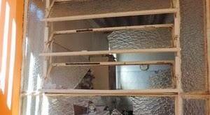 Ladrão atrapalhado tenta invadir casa e fica entalado na janela