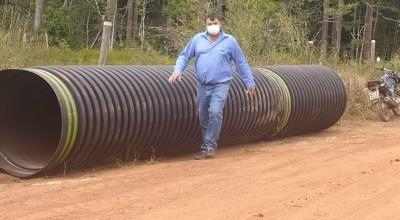 Rolim: Vereador Eliomar Monteiro acompanha a instalação de tubos corrugados na zona rural