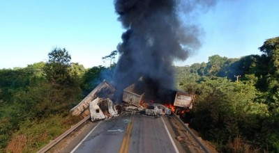 Dois caminhoneiros morrem queimados após grave acidente