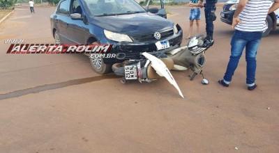 Mulher é socorrida após sua moto ser atingida por carro no Bairro Boa Esperança em Rolim de Moura