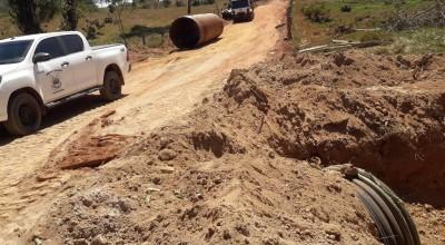 Eliomar Monteiro acompanha a instalação de tubos corrugados na zona rural