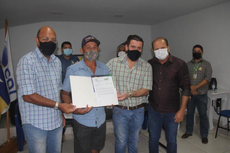 Cirone Deiró entrega resultado de análise de solo aos agricultores de Cacoal