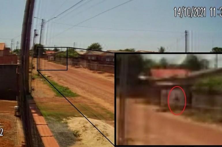 Câmera filmou assassino levando menino para casa onde o asfixiou após tentar estuprá-lo em Rolim de Moura