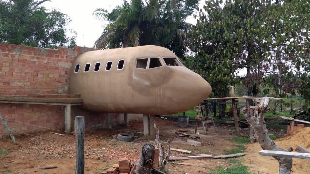 Rondoniense constrói casa em formato de avião e faz sucesso na web: 'sonho de uma vida'