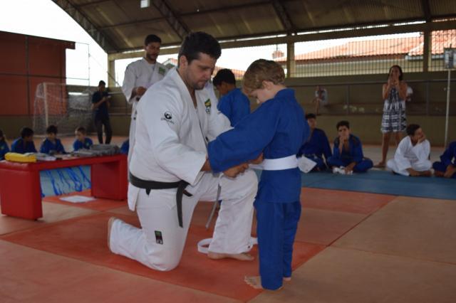 Escola de judô realiza confraternização e entrega de faixas em Rolim de Moura