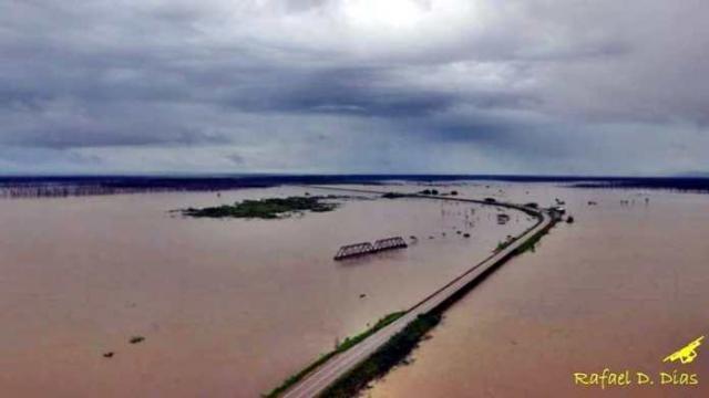 Foto aérea mostra água do Rio Madeira se aproximando da BR-364