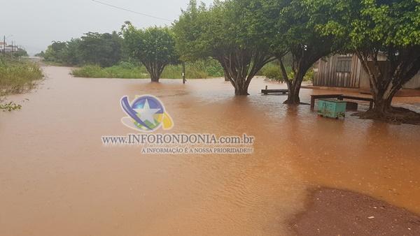 Chuva alaga alguns pontos de Rolim de Moura; Veja fotos