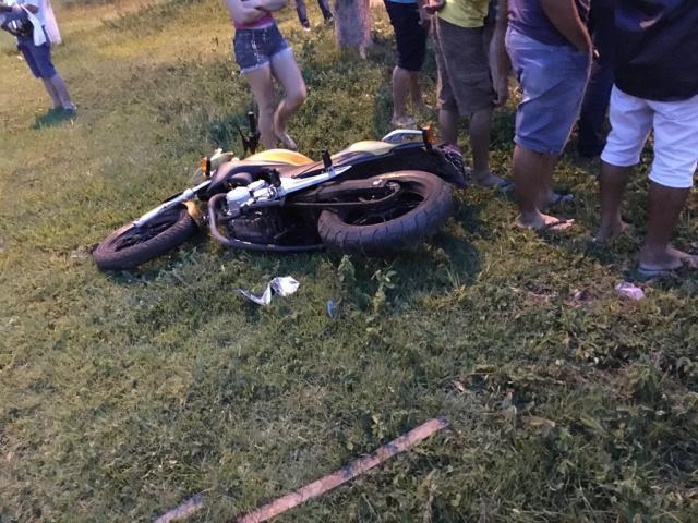 Motocicleta CB300 colide com camionete em cruzamento no centro de Rolim de Moura