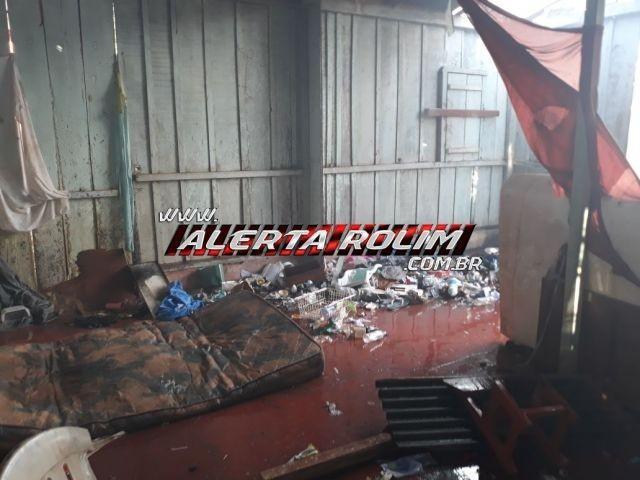 Casa de madeira é atingida por fogo no Bairro Planalto, em Rolim