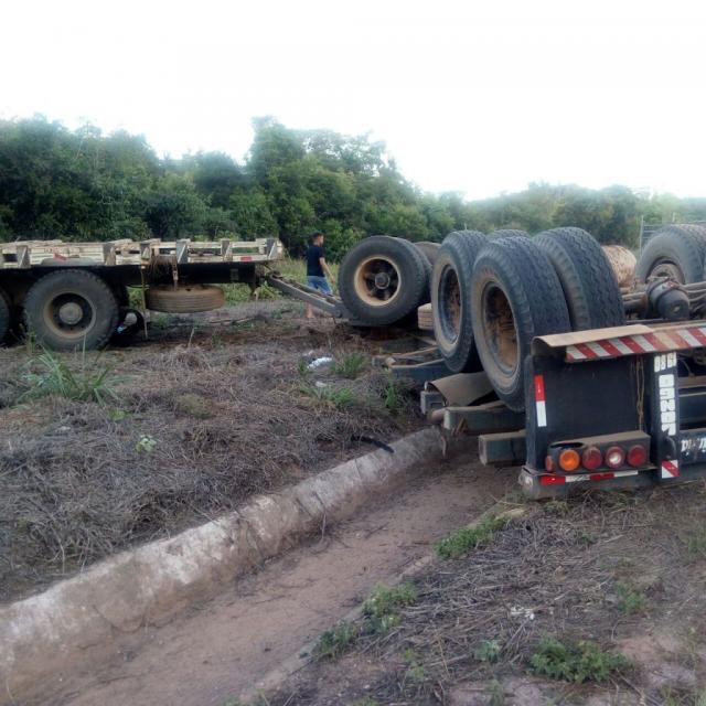 Caminhão com toras de madeira apreendida tomba na BR-364