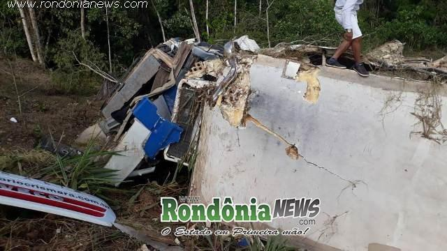 Carreta perde controle em curva e tomba na RO 010 próximo a Nova Brasilândia.