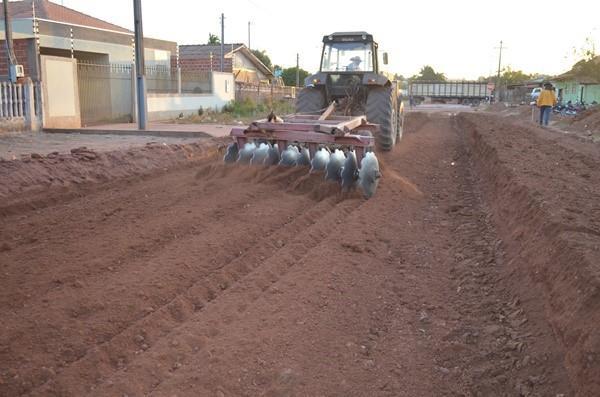 Rolim de Moura - Prefeitura inicia serviços de terraplenagem para pavimentação asfáltica em trechos da Av. Teresina