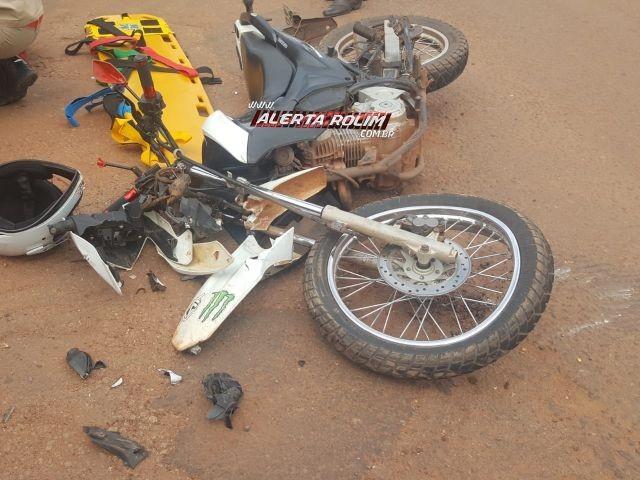 Motociclista fica seriamente ferido após se chocar contra caminhão que avançou a via