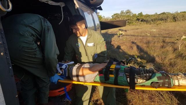Piloto e copiloto resgatados após 4 dias de queda de avião passam por cirurgia em Cuiabá